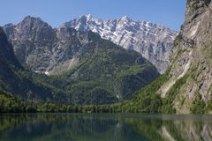 湖用透明的水在春天山 阿尔卑斯视图的一个小湖从一岸 山的反射 库存图片