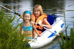 湖的二个女孩 库存图片