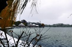 湖的亭子 免版税库存图片