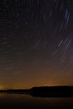 湖的光滑的表面背景的满天星斗的天空 星形 库存照片