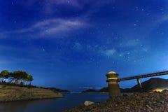 湖的光滑的表面背景的满天星斗的天空 免版税库存图片