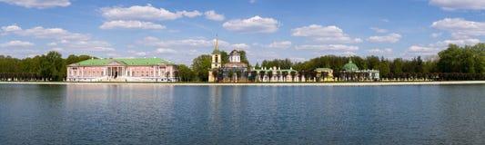 湖的全景和与游人的美丽如画的岸在周末人民期间在城市停放 莫斯科 俄国 免版税库存照片