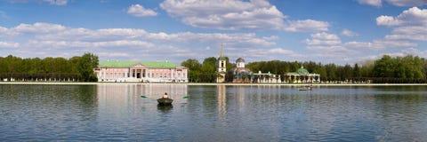 湖的全景和与游人的美丽如画的岸在周末人民期间在城市停放 莫斯科 俄国 库存图片