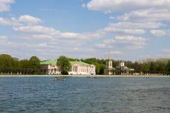 湖的全景和与游人的美丽如画的岸在周末人民期间在城市停放 莫斯科 俄国 免版税库存图片