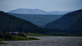湖的农村房子 免版税库存图片