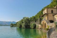 湖的古老教会 免版税库存图片