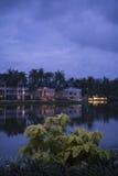 湖的可爱的看法在豪华热带手段附近的在多云天空 库存图片