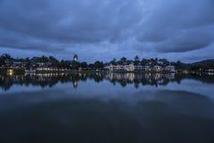 湖的可爱的看法在豪华热带手段附近的在多云天空 图库摄影