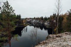 湖的可爱的看法有鲜绿色小山的,围拢由峭壁 这里没人 森林反射在水中 免版税库存图片