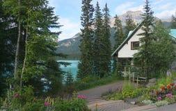 湖的图片完善的房子 免版税库存图片