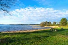 湖的基于,美好的日落光 库存图片