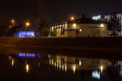 湖的夜视图在兹雷尼亚宁 库存图片