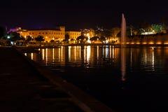 湖的夜视图有一个喷泉的在Parc de la de 3月Parque la 3月 帕尔马,马略卡 免版税库存图片