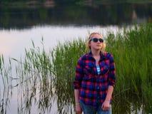 湖的女孩 免版税库存照片