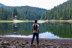 湖的女孩 库存照片