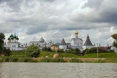 湖的尼罗罗斯托夫克里姆林宫 库存图片
