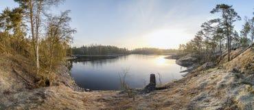 湖的岩石岸在一个晴天 库存照片