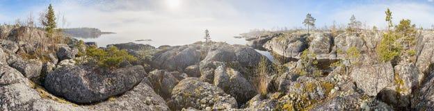 湖的岩石岸在一个晴天 图库摄影