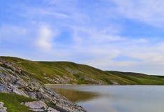 湖的岩石岸 免版税图库摄影