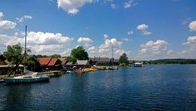湖的岸在特拉凯城堡附近的 免版税库存照片
