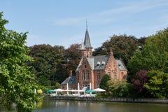 湖的岸的中世纪富有的房子 建筑学的历史在西欧 布鲁日镇在比利时 免版税库存照片