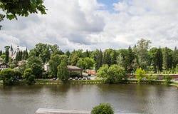 湖的岸的老房子 免版税图库摄影