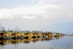 湖的当地人使用在Dal湖在wiinter期间的克什米尔印度的一条小船 免版税库存图片