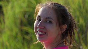 湖的微笑的少妇在夏天开户在slo mo 股票录像