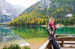湖的拿着围巾的Bries微笑的妇女远足者 库存照片
