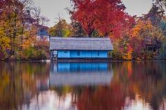 湖的木房子秋天季节的 免版税图库摄影