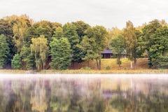 湖的木房子 免版税库存图片