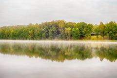 湖的木房子 图库摄影