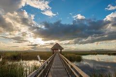 湖的木板走道在国家公园,山姆Roi Yod国家公园,泰国 库存图片