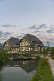 湖的村庄 库存图片