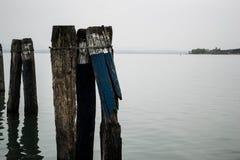 湖的残破的船坞 免版税库存照片