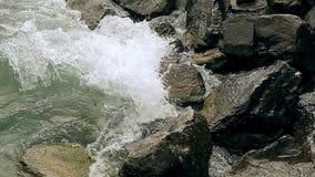 湖的波浪打反对岩石 影视素材