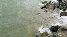 湖的波浪打反对岩石 股票录像