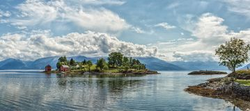 湖的海岛在挪威 免版税库存图片