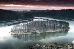 湖的海岛 日落天空 免版税库存图片
