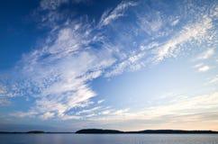 湖的海岸线有美丽的多云天空的 库存照片