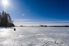 湖的渔夫在晴天 库存照片