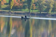 湖的渔夫 免版税库存图片