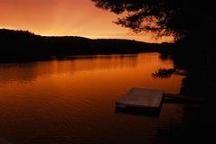湖的游泳船坞 免版税库存图片