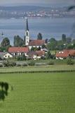 湖的瑞士村庄 库存照片