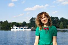 湖的白肤金发的女孩 免版税图库摄影