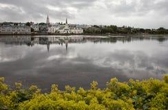 湖的白色教会在雷克雅未克,冰岛 免版税库存图片