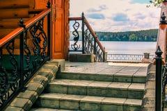 湖的看法从房子的石门廊的 库存照片