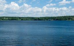 湖的看法在一个晴天 库存图片