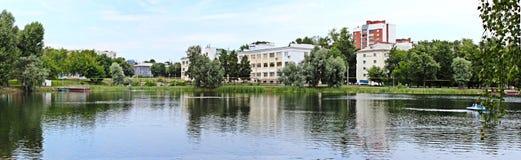 湖的看法在公园 免版税库存照片