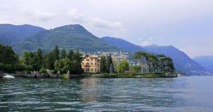 湖的科莫,米兰,意大利镇 免版税库存图片